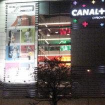 siatka - budynek Canal + Projekt i montaż siatki na budynku biurowym. Wykorzystano system nieinwazyjnych kotew mocujących tak, by stworzyć system do cyklicznej wymiany kampanii.